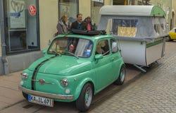 Fiat 500 - Cinquecento, klassieke auto met kampeerauto royalty-vrije stock fotografie
