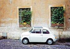 Fiat 500 dat in Rome, Italië wordt geparkeerd Stock Foto