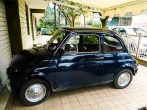 Fiat es un pequeño coche italiano de la ciudad produjo a partir de 1957 a 1975 en automóviles de Fiat Coche italiano del vintage  fotos de archivo libres de regalías