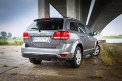 Fiat Freemont SUV onder het wegviaduct in Polen Stock Fotografie