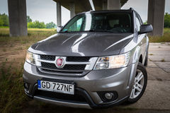 Fiat Freemont SUV sob a passagem superior da estrada no Polônia Foto de Stock