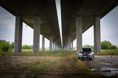 Fiat Freemont SUV sob a passagem superior da estrada no Polônia Imagens de Stock Royalty Free