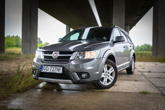 Fiat Freemont SUV unter der Landstraßenüberführung in Polen Lizenzfreie Stockfotos