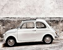 Fiat 500 i Ostuni arkivbild