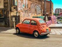 Fiat 500 l-rouge corail stock foto's