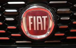 Fiat loga kruszcowy zbliżenie na Fiat samochodzie wystawiającym przy MOTO przedstawieniem w Krakowskim Polska zdjęcia royalty free