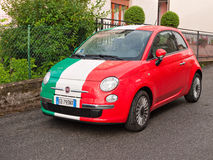 fiat 500 avec le drapeau italien photo stock ditorial. Black Bedroom Furniture Sets. Home Design Ideas