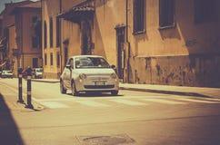 Fiat 500 op Toscaanse straat Royalty-vrije Stock Afbeeldingen