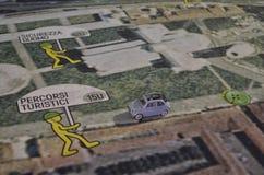 Fiat 500 på en översikt av Pisa Arkivbild