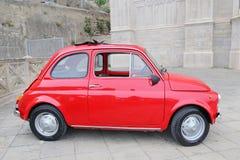Fiat 500 på gatan i mitten av Gaeta Royaltyfria Bilder