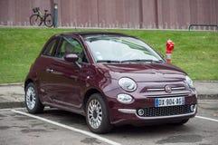 Fiat porpora 500 - l'automobile italiana famosa ha parcheggiato nella via Fotografia Stock Libera da Diritti
