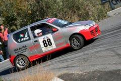 Fiat 600 raceauto tijdens een vastgestelde snelheidsproef in de tweede uitgave van het Ronda Di Albenga-ras dat ooit plaatsvindt stock foto's