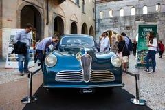 Fiat retro bil på gatan av Verona royaltyfri foto