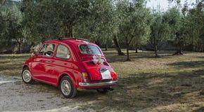 Fiat 500 som dekoreras för ett bröllop Fotografering för Bildbyråer