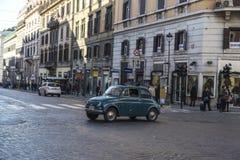 Fiat 500 som kör i Rome, Italien Arkivbild