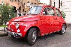 Fiat 500 som parkeras i Rome Arkivfoto