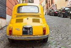 Fiat 500 som parkeras i Rome Royaltyfri Fotografi