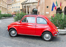 Fiat 500 som parkeras i Rome Royaltyfria Foton