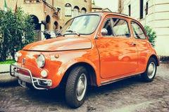 Fiat 500 som parkeras i Rome Arkivbilder
