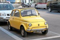 Fiat 500 som parkeras på gatan i Rome Royaltyfria Bilder