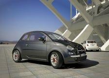 Fiat 500 stadsauto, buiten modern de industriële bouw milieu. stock foto's