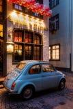 Fiat 500 vor einem Restaurant in Köln Stockbilder
