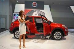 Fiat 500X övergång och nätt kvinna Royaltyfri Bild