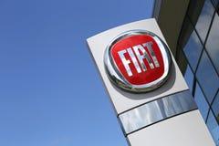 Fiats-Verkaufsstellezeichen vor dem Ausstellungsraum Lizenzfreies Stockfoto