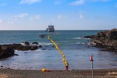 Fiber - kommande optisk kabel ashore arkivbild
