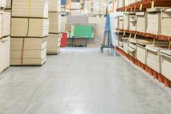 fiberboard i chipboard ciąć na arkusze na półkach w materiału budowlanego sklepie zdjęcia stock