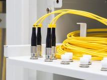 Fibra óptica amarilla con el conector Fotografía de archivo