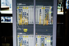 Fibra óptica con los servidores en un centro de datos de la tecnología Foto de archivo libre de regalías