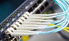 Fibra ótica e SFP conectados ao interruptor Foto de Stock