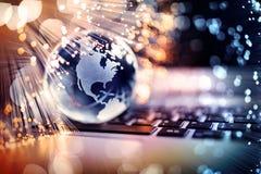 Fibra ótica em torno do planeta azul no laptop foto de stock royalty free