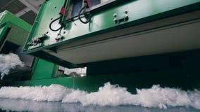 Fibra branca que move-se na linha industrial em uma planta filme