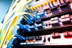 Fibra óptica con los servidores en un centro de datos de la tecnología Imagen de archivo