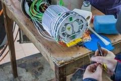 Fibra - tecnico ottico che prepara le fibre 2 Fotografie Stock Libere da Diritti