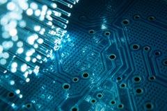 Fibras óticas com uma placa de circuito impresso eletrônica Imagens de Stock Royalty Free