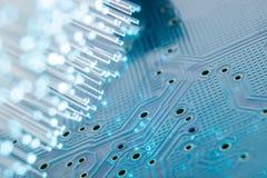 Fibras óticas com uma placa de circuito impresso eletrônica Imagens de Stock
