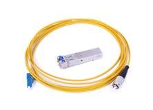 Fibre optique avec le connecteur d'isolement sur le fond blanc Photo stock