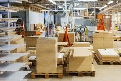 Fibreboards και chipboards που αποθηκεύουν στο εργοστάσιο Στοκ Εικόνες