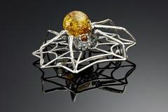 Fibula del ragno con ambra Fotografia Stock