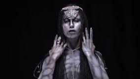 Ficção científica, um estrangeiro prateado-descascado video estoque