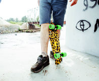 Ficar farpado do indivíduo real considerável novo do hipsrter sob o extremo da ponte com skate do leopardo, pessoa do estilo de v Foto de Stock