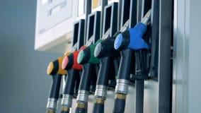 Ficar múltiplo dos bocais de combustível pôs em uma bomba de gasolina O combustível, posto de gasolina, gasolina fixa o preço do  video estoque