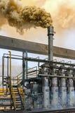 Ficar o fumo que vem do queimador na planta de transformação Fotografia de Stock Royalty Free