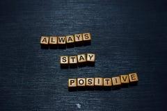 Ficar sempre a mensagem positiva escrita em blocos de madeira Conceitos da motivação Imagem processada cruz imagem de stock