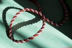 Ficelle blanche et rouge dans la forme de coeur Images libres de droits