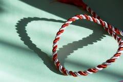 Ficelle blanche et rouge dans la forme de coeur Photos libres de droits