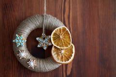 Ficelle de jute enveloppée par guirlande de Noël Photo libre de droits